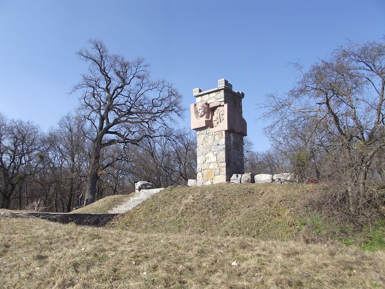 Пам'ятний знак на Палієвій Горі та дуб Палія